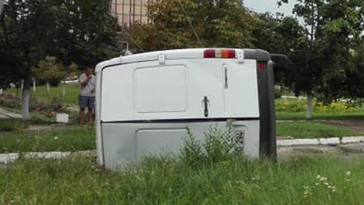 Accident în sectorul Buiucani al Capitalei! O dubiţă a intrat într-un stâlp de electricitate (FOTO)