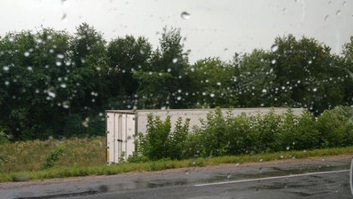 ACCIDENT RUTIER la Anenii Noi! Un TIR s-a răsturnat pe marginea drumului (FOTO)