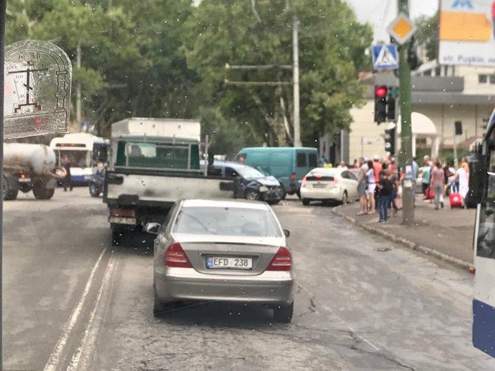 GRAV ACCIDENT în Capitală. Mai multe maşini s-au ciocnit într-o intersecţie din Buiucani (FOTO)