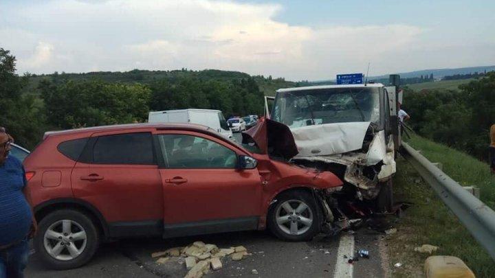 ACCIDENT groaznic pe șoseaua Chișinău-Hâncești. O camionetă s-a ciocnit violent cu un automobil (FOTO)