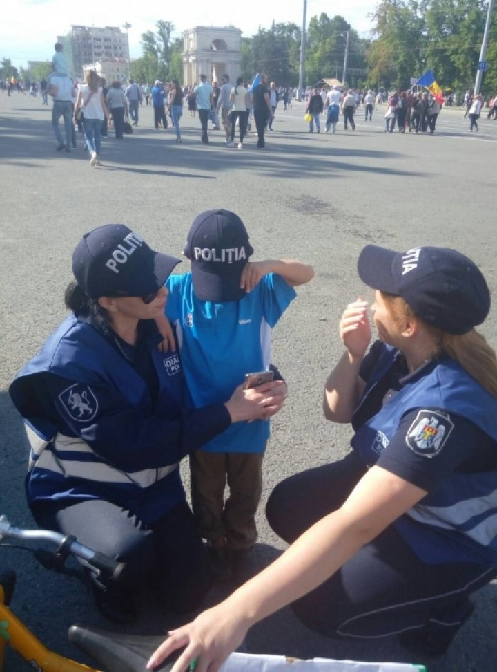 Autoritățile, la datorie. Un copil rătăcit în PMAN, și-a găsit părinții cu ajutorul polițiștilor
