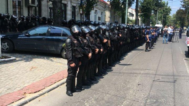 PROTEST pe strada Mateevici din Capitală. Polițiști echipați până în dinți păzesc sediul PAS (FOTO)