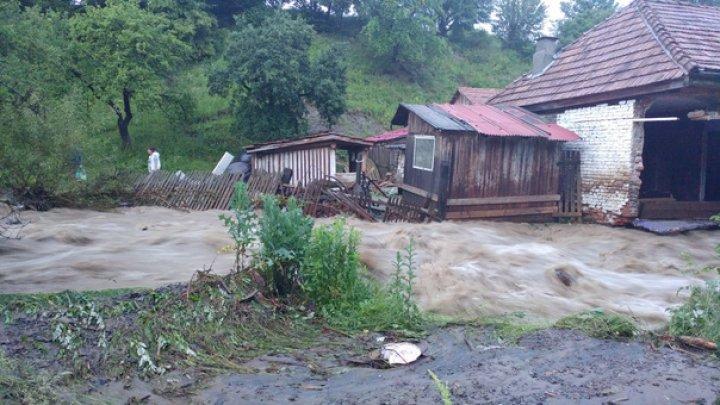 Ploile au făcut ravagii în România. Sute de curţi, subsoluri, case şi drumuri au fost inundate. O localitate este izolată