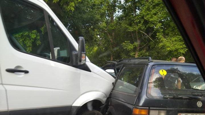 ACCIDENT ÎNGROZITOR în Capitală. Un camion a intrat într-un maşină. Medicii au intervenit de urgenţă (FOTO)