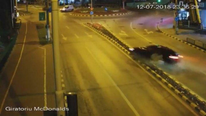 ACCIDENT SPECTACULOS în România! Șoferul și pasagerul au abandonat mașina și au fugit de la faţa locului (VIDEO)