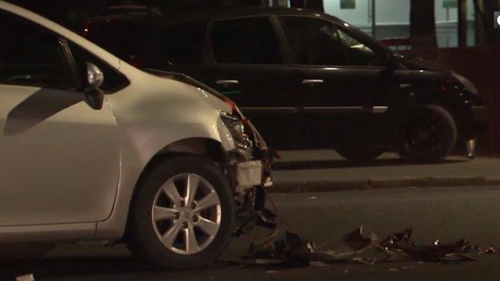 Accident în centrul Capitalei. Un taxi s-a ciocnit frontal cu o maşină în care se aflau doi copii (VIDEO)