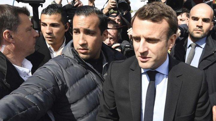 Macron vrea reorganizarea staff-ului de securitate, după ce un ofițer a fost suprins în timp ce bătea protestatari