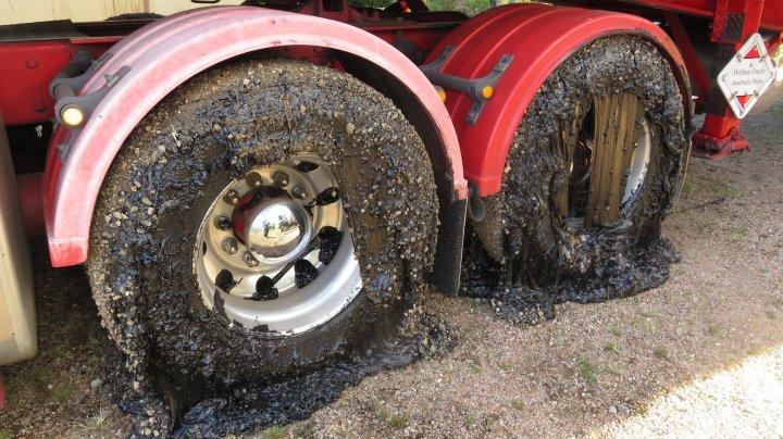Canicula topeşte asfaltul în Australia. Cel puţin 50 de maşini au roţile distruse (FOTO)