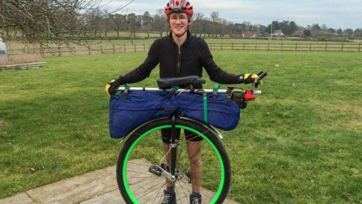 Primul om care a făcut turul lumii pe un monociclu s-a întors acasă