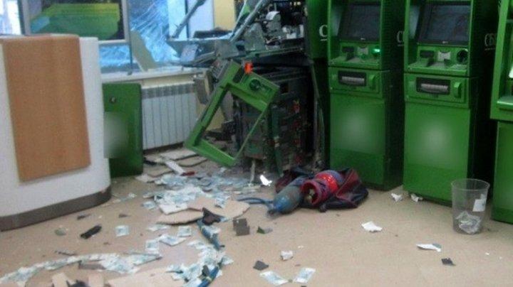 Aruncau în aer bancomate și furau banii. Un moldovean, reţinut iar altul dat în căutare, după ce au scos din ele MILIOANE DE LEI