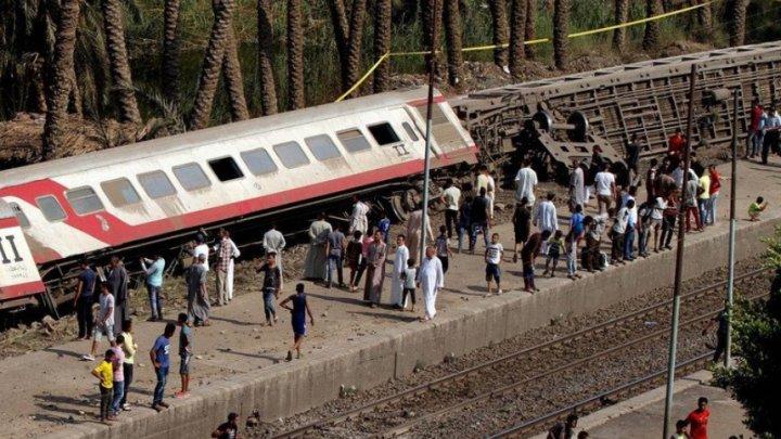 Un tren plin cu pasageri a deraiat în apropiere de Cairo. Cel puţin 55 de oameni au fost răniţi