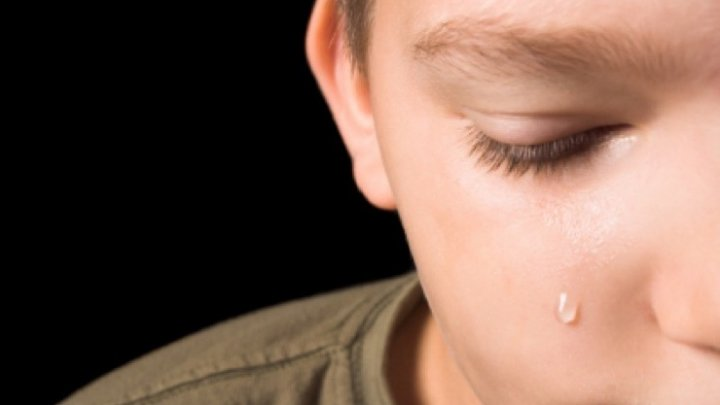 CAZ REVOLTĂTOR: Un adolescent a fost bătut crunt de propriul tată pentru două felii de salam