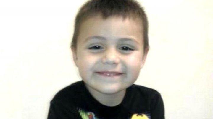 CAZ TERIFIANT în SUA. Un copil a fost torturat până la moarte de părinți, după ce le-a spus că este gay