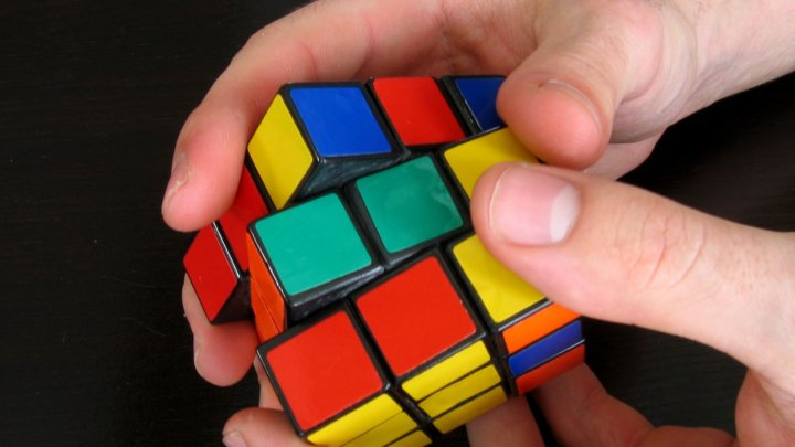 A rezolvat aproape 2.500 de cuburi RUBIK în doar 24 de ore, cu o singură mână (VIDEO)