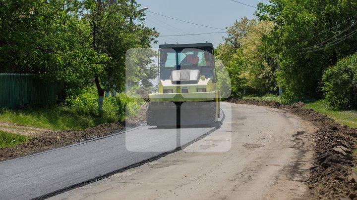 Reparația drumului central din satul Bursuc, pe ultima sută de metri. Muncitorii au început asfaltarea străzii