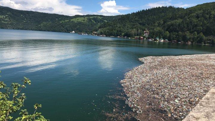 Situaţia lacului Bicaz este intolerabilă. Zona este încărcată de tone de gunoaie şi PET-uri