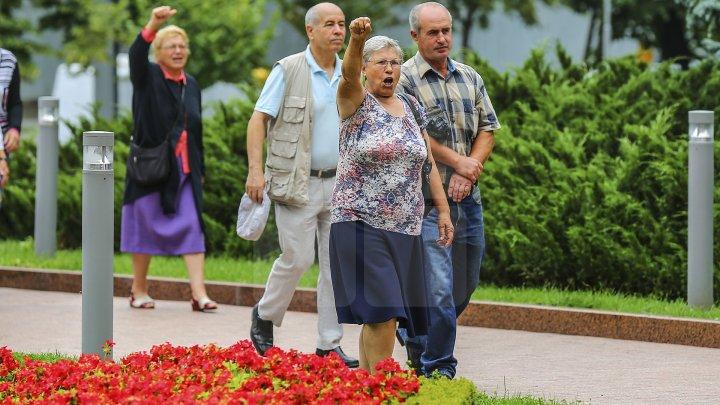 Cine sunt oamenii Maiei Sandu și ai lui Andrei Năstase care AU AGRESAT echipa Publika astăzi. ÎI RECUNOȘTI pe stradă (VIDEO)