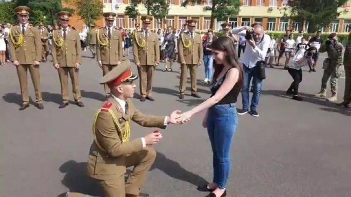 (VIDEO EMOŢIONANT) Cum a cerut un ofiţer în căsătorie iubita, în faţa ministrului Apărării