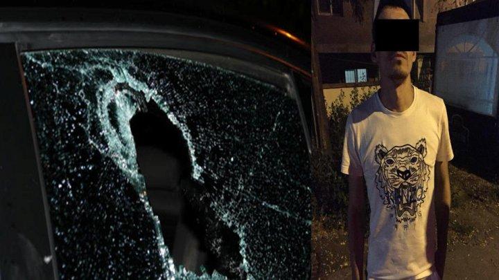 INCIDENT ŞOCANT în Capitală. Un bărbat, reţinut de poliţie după ce a spart o mașină. Ce bunuri a reușit să fure