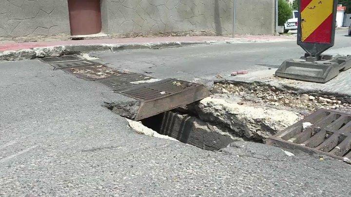 Se surpă asfaltul în Chişinău. O nouă gaură imensă a apărut pe strada Gheorghe Coşbuc din Capitală