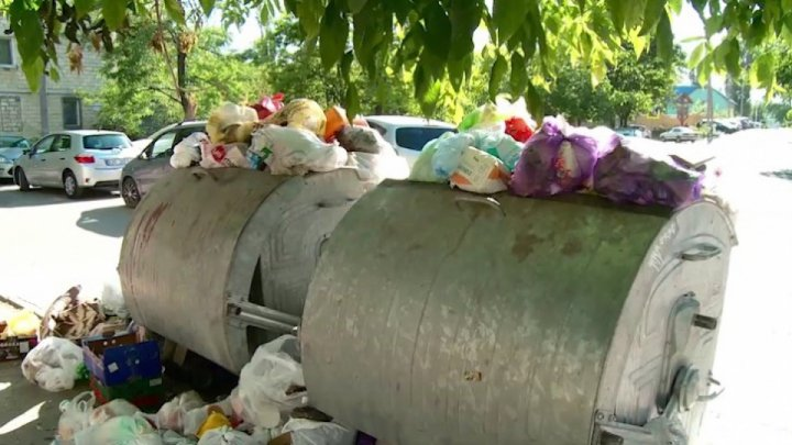 Criza gunoiului din Bălți revine. Locuitorii nu achită facturile pentru ridicarea gunoiului (VIDEO)