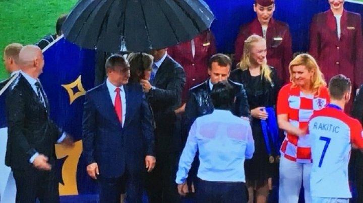 Vladimir Putin, ridiculizat pe Twitter după ce s-a adăpostit de ploaie sub umbrelă la finala Cupei Mondiale 2018