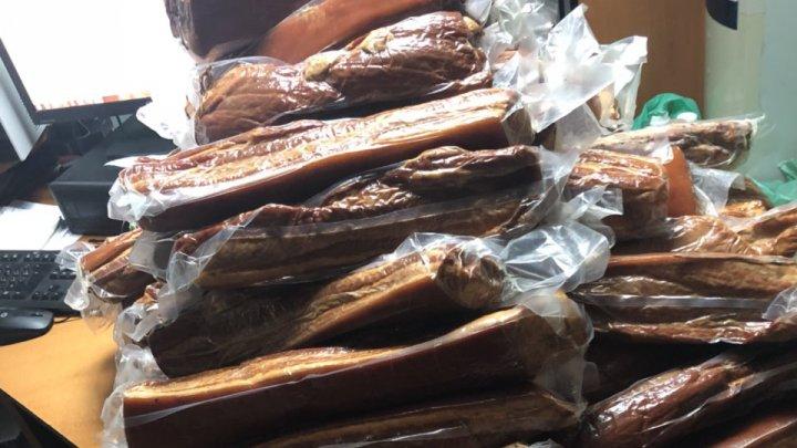 Peste jumătate de tonă de mezeluri din carne de porc, depistate de vameșii de la Otaci