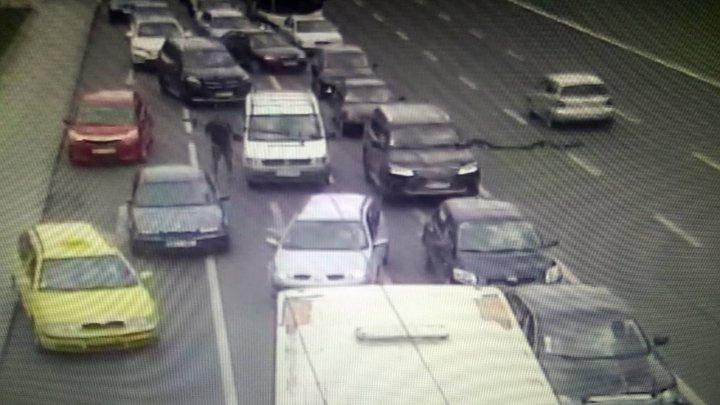 ACCIDENT ÎN LANŢ în centrul Capitalei. Patru maşini au blocat trei benzi de circulaţie (FOTO)