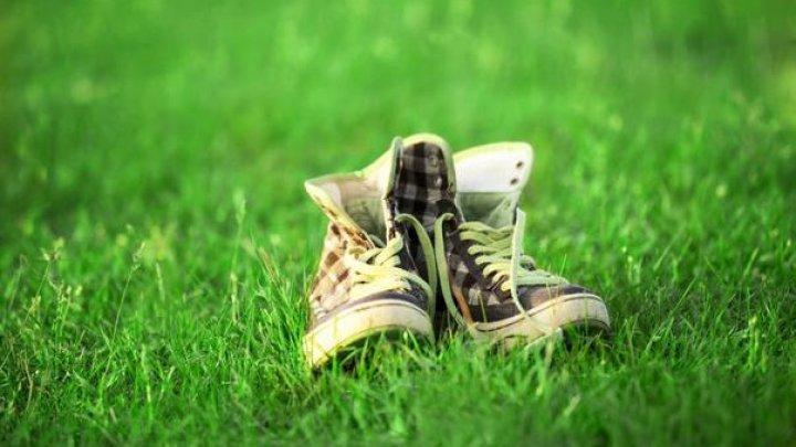Soluții simple ca să scapi de petele de iarbă de pe încălțăminte