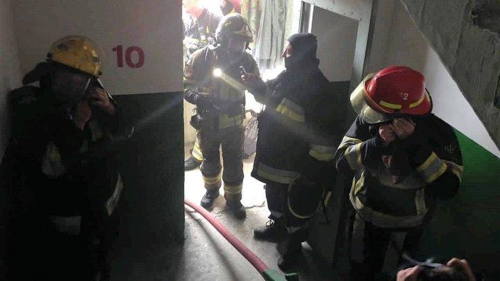 Şapte persoane evacuate după ce un incendiu a izbucnit într-un bloc de pe strada Ismail (FOTO)