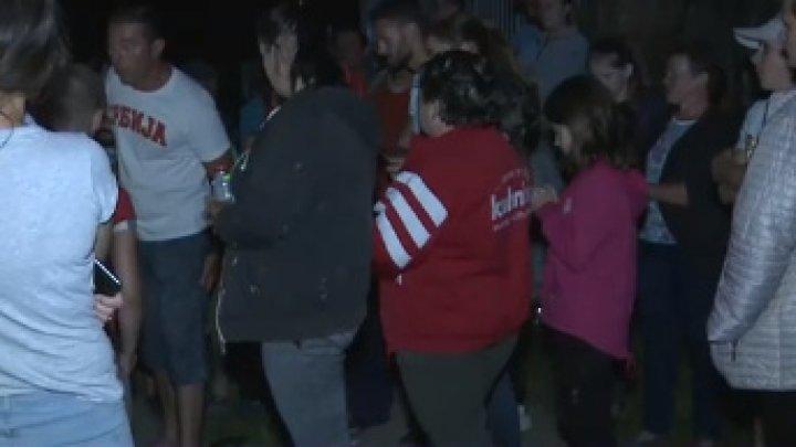 Încă un scandal cu bâte și furci. Zeci de bărbați de etnie romă au intrat în curtea unei familii şi i-au atacat pe proprietari
