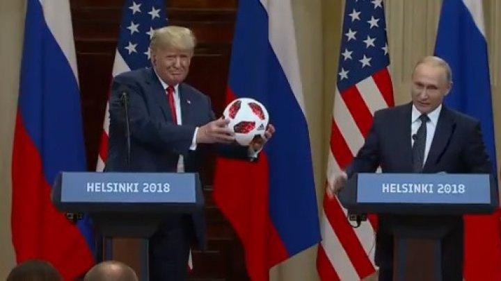 Putin i-a dat lui Trump o minge de fotbal. Ce a făcut imediat după ce a primit-o (VIDEO)