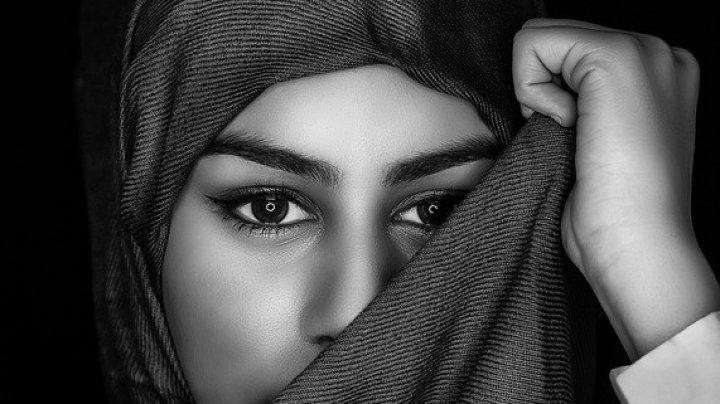 O femeie din Iran a renunţat la vălul islamic în timpul unui protest. Ce a pățit femeia