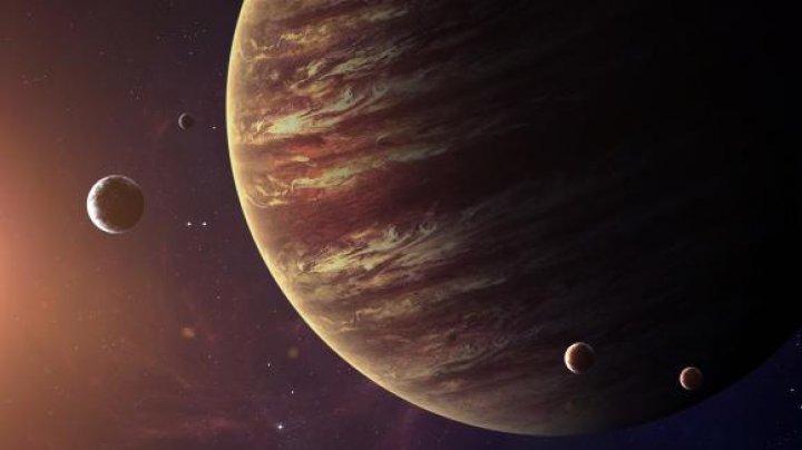 Zece noi sateliţi naturali descoperiţi în jurul lui Jupiter. Unul se deplasează pe contrasens