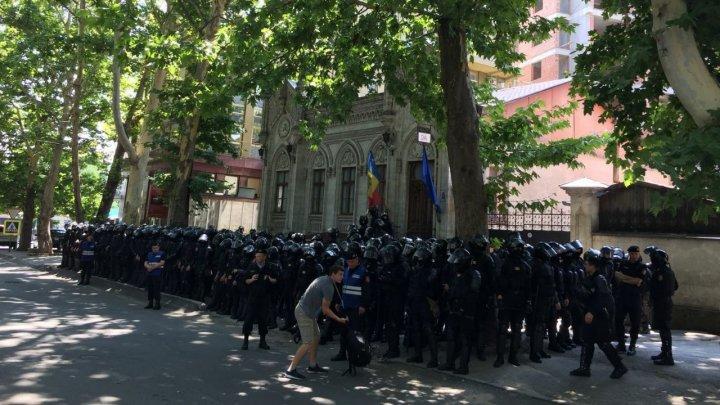 Sute de scutieri echipați până în dinți păzesc sediul lui Andrei Năstase (FOTO/VIDEO)