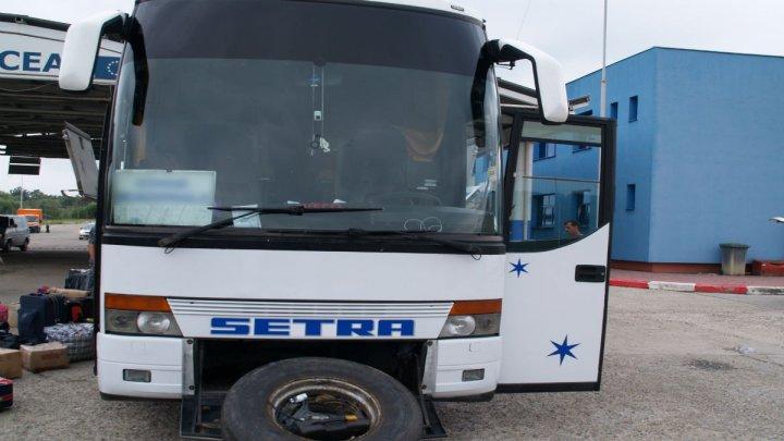 Şoferi INGENIOŞI la frontieră. Un moldovean a ascuns 139 de pachete cu ţigări într-o canistră, iar un român, 5200 de ţigări, în spatele scaunului