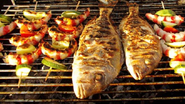 Cum să prepari peşte la grătar fără să se lipească