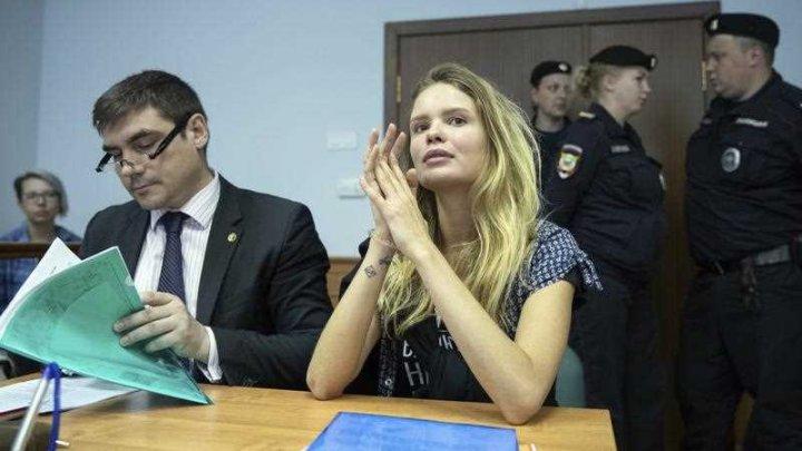 Poliția rusă i-a reținut din nou pe membrii Pussy Riot care au pătruns pe teren în timpul finalei Campionatului Mondial
