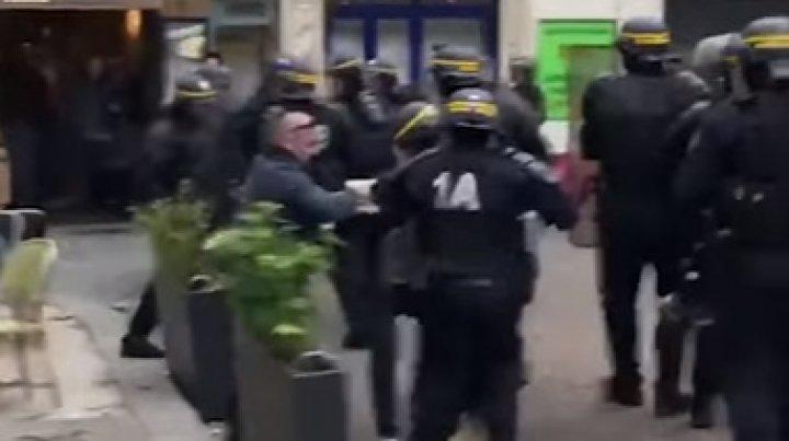 Anchetă în Franţa după ce un colaborator al lui Macron a fost filmat agresând manifestanţi (VIDEO)