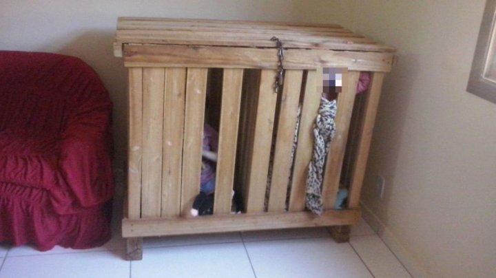Groaznic! Doi copii au fost închiși într-o cușcă de lemn. Motivul este uluitor