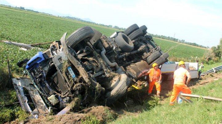 ŞOFER EROU! Şi-a răsturnat intenționat camionul pentru a evita rănirea altor oameni