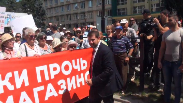 Proteste la PAS şi PPDA. Sediile celor două partide, protejate de sute de mascaţi echipaţi până în dinţi (FOTO)
