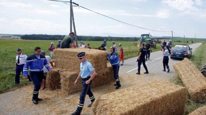 Fără precedent! Baloții de paie aruncați pe șosea și gazele lacrimogene au oprit etapa a 16-a din Turul Franței