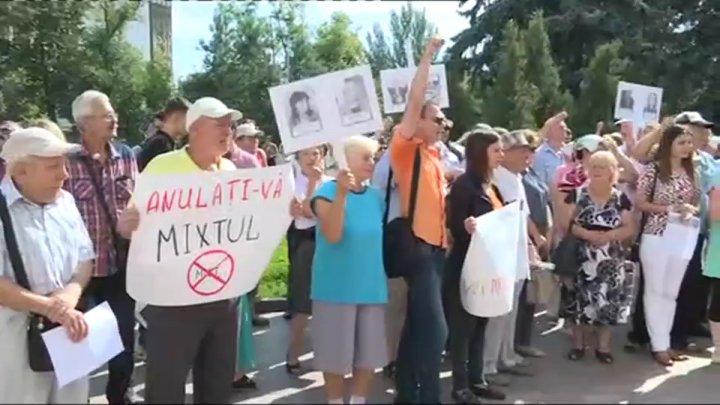 Un nou protest eşuat. Mihai Ghimpu, huiduit de oameni, protestatarii nu au știut de ce au venit