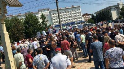 Peste 350 de oameni i-au cerut lui Năstase să plece din Ialoveni (VIDEO)