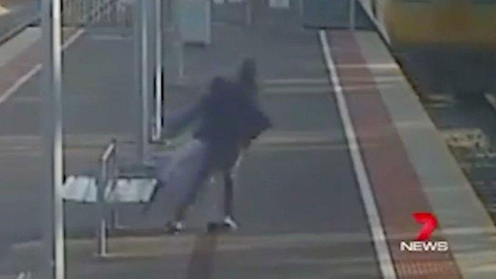 IMAGINI ŞOCANTE. Momentul în care un tânăr încearcă să-şi împingă iubita în faţa unui tren (VIDEO)