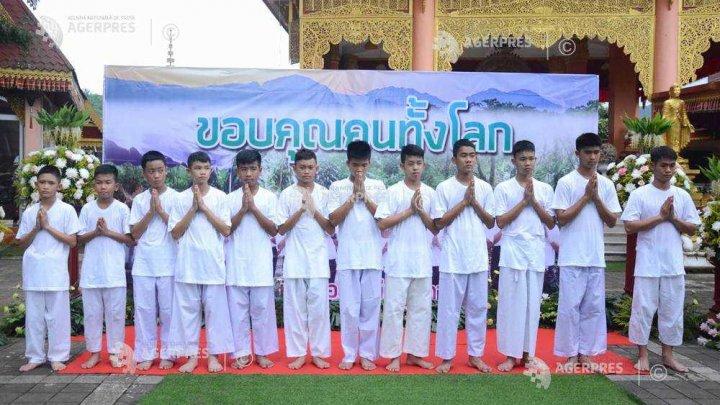 Trei tineri şi antrenorul acestora salvaţi dintr-o peşteră în Thailanda au devenit cetăţeni thailandezi
