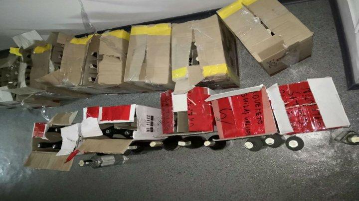 CULMEA MINCIUNII. 300 de pachete de ţigări şi 70,5 litri de alcool au ajuns ÎNTÂMPLĂTOR într-un autocar, depistate la frontieră