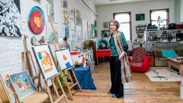 Cine este Cezara Kolesnik, pictorița moldoveancă care s-a întors în țară pentru a-i învăţa pe copii secretele picturii moderne