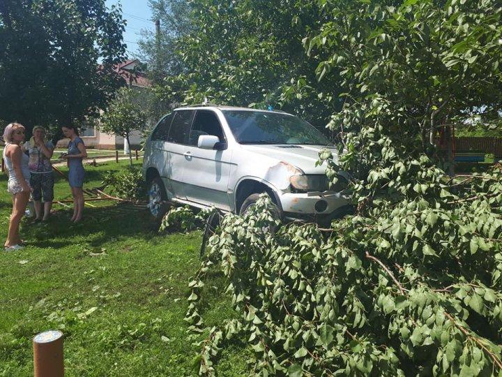 Isprava unui şofer din satul Pârliţa, Ungheni: A intrat cu maşina pe terenul de joacă (FOTO)